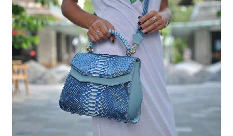 Presented snakeskin bag belongs to the list of accessories that are not subject to the influence of fashion and time!